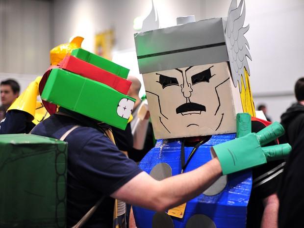 Fantasia com papelão na cabeça não era a mais elaborada, mas valeu pela originalidade (Foto: Carl CourtAFP)