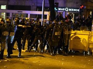 Policiais fizeram barreiras contra os manifestantes em Madri, neste sábado (22) (Foto: Gerard Julien / AFP)
