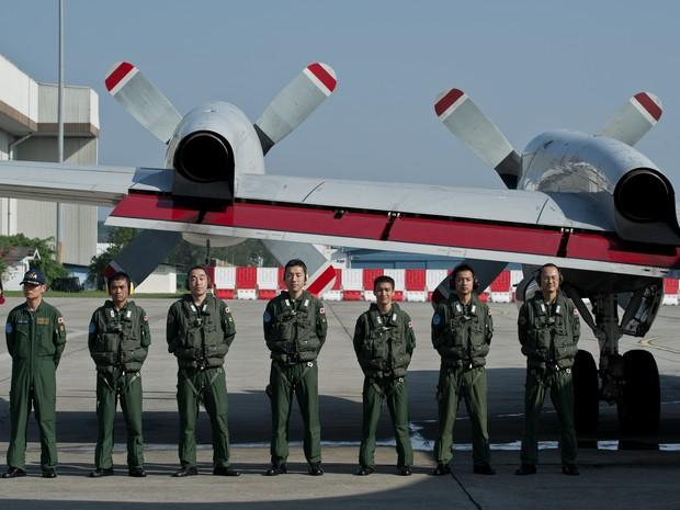 Integrantes da Força Aérea japonesa posam antes de decolar para se juntar às buscas por avião desaparecido. (Foto: Mohd Rasfan/AFP)
