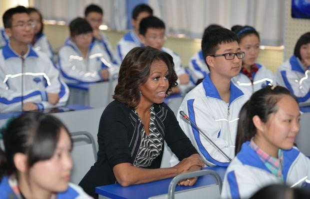 A primeira-dama dos EUA, Michelle Obama, visitou uma escola de Chengdu, na China, nesta terça-feira (25) (Foto: Peter Parks/AFP)