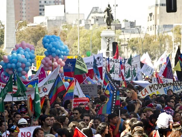 Milhares se reuniram em Santiago neste sábado (22) (Foto: Martin Bernetti / AFP)