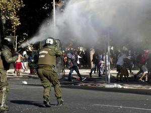 Autoridades utilizaram jatos de águas para dispersar manifestantes em Santiago, no Chile (Foto: Pedro Armestre/ AFP)