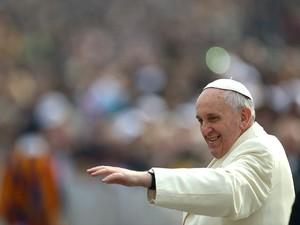 Papa Francisco chega à Praça São Pedro para a audiência pública desta quarta-feira (26) no Vaticano (Foto: Vicenzo Pinto/AFP)
