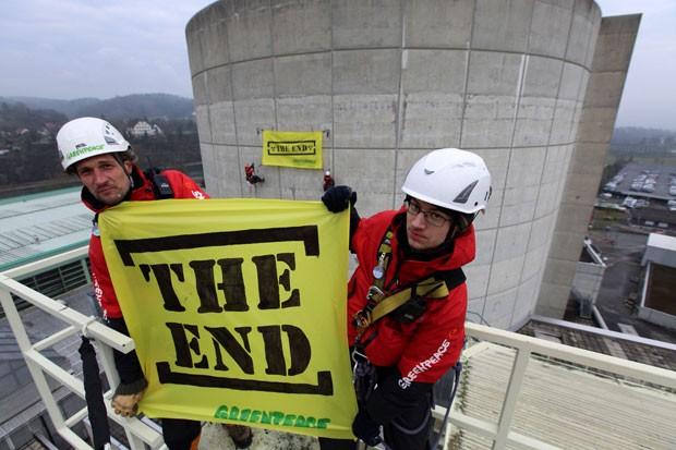 Ativistas fazem protesto pelo fim das centrais nucleares europeias em usina em Doettingen, no norte da Suíça, nesta quarta-feira (5) (Foto: Greenpeace/AFP)