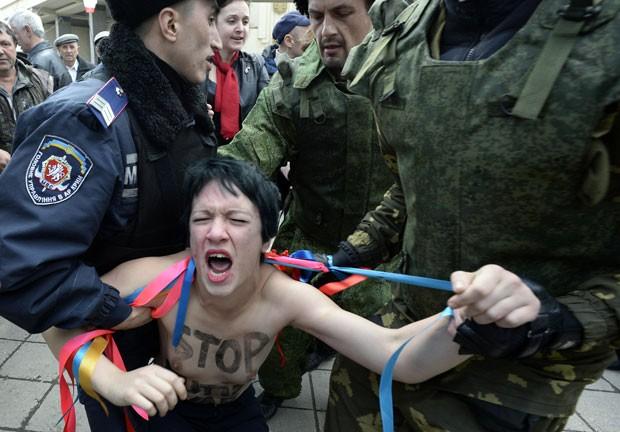 Militante do Femen é detida na Crimeia nesta quinta-feira (6) (Foto: Alexander Nemenov/AFP)