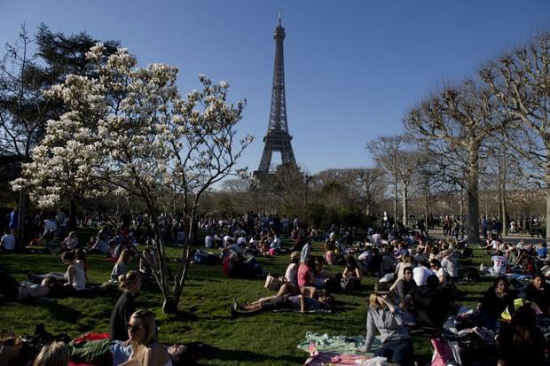 Franceses aproveitam dia de sol e tempo bom em Paris neste domingo 99) (Foto: Alain Jocard/AFP)