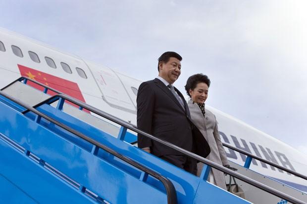 Presidente chinês, Xi Jinping, e a mulher Peng Liyuan na chegada em Amsterdã (Foto: Peter De Jong/AFP)