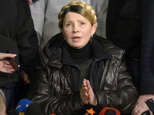 22/2 – A líder oposicionista Yulia Tymoshenko fala com jornalistas ao chegar ao aeroporto de Kiev, após sair da prisão por determinação do Parlamento ucraniano, com base em uma decisão da Corte Europeia de Direitos Humanos. (Foto: Reuters/Andrew Kravchenko/Pool )