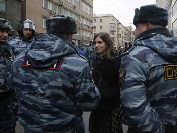 Nadezhda Tolokonnikova, uma das integrantes da banda Pussy Riot, conversa com policiais do lado de fora de uma corte em Moscou, onde ocorria o julgamento de pessoas acusadas de atacar a polícia em ato contra Putin em 2012. (Foto: Maxim Shemetov/Reuters)