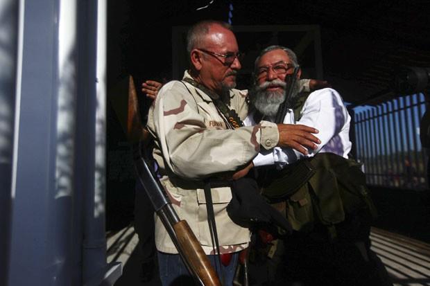 Hipolito Mora (à esquerda) em foto de fevereiro de 2014 (Foto: Edgard Garrido/Reuters)