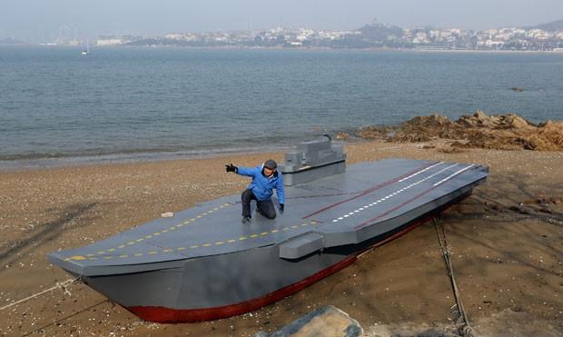 Wen Yuzhu, de 80 amos, construiu um mini porta-aviões para seu neto (Foto: Reuters)