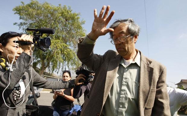 Homem que supostamente teria criado o Bitcoin, Satoshi Nakamoto, é fotografado ao sair de casa na Califórnia (Foto: David McNew/Reuters)