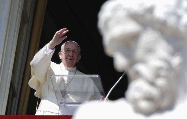 O Papa Francisco acena para os fiéis durante o Ângelus deste domingo (9) (Foto: Max Rossi/Reuters)