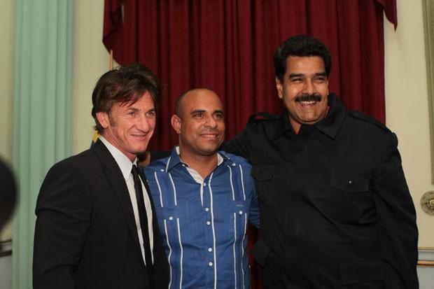 O presidente da Venezuela, Nicolas Maduro, posa para foto com o ator americano Sean Penn e com o primeiro-ministro do Haiti, Laurent Lamothe, em visita dos dois ao Palácio Miraflores em Caracas neste domingo (9) (Foto: Miraflores Palace/Reuters)