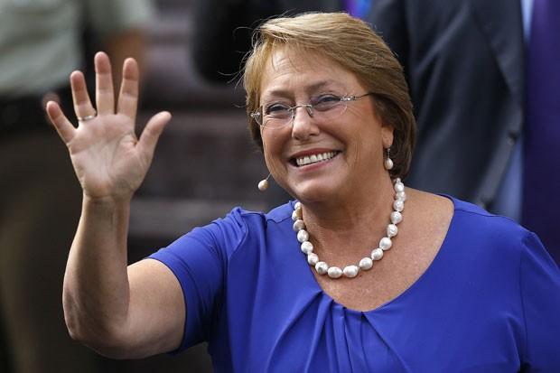 A presidente do Chile, Michelle Bachelet, acena para jornalistas nesta terçaf-eira (11), dia em que tomou posse como presidente pela segunda vez (Foto: Cristobal Saavedra/Reuters)