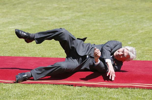 O ex-premiê da Holanda Ruud Lubbers sofreu uma queda nesta terça-feira (11) ao chegar ao palácio presidencial do Chile para um almoço após a posse da presidente chilena, Michelle Bachelet. (Foto: Eliseo Fernandez/Reuters)
