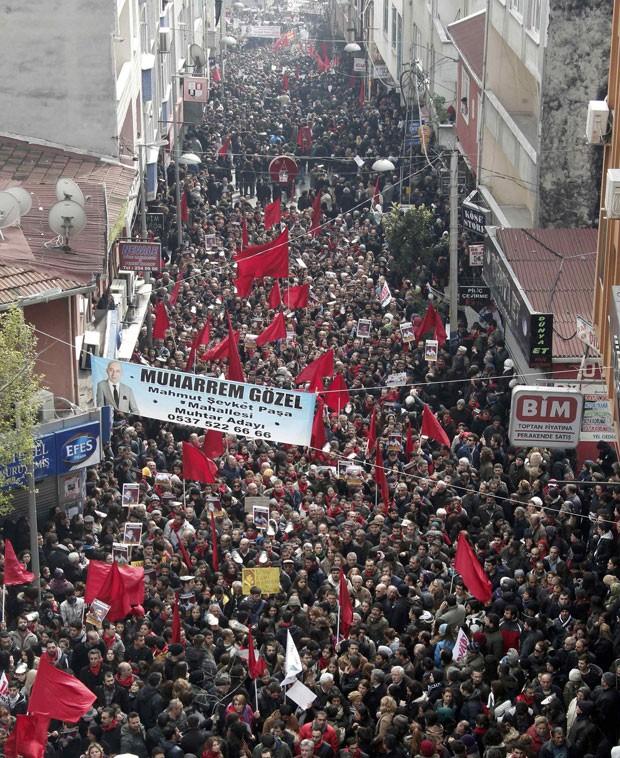 Dezenas de milhares de pessoas compareceram nesta quarta-feira em Istambul ao funeral de um jovem de 15 anos, que morreu na terça-feira (11) depois de ter sido ferido pela polícia nos distúrbios antigovernamentais de junho de 2013. (Foto: Osman Orsal/Reuters)