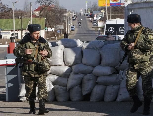 Guardas ucranianos em um posto de controle na fronteira com a região separatista da Transnístria, na Moldávia (Foto: Yevgeny Volokin/Reuters)