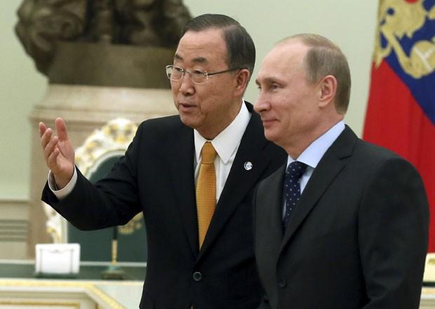 O secretário-geral das Nações Unidas, Ban Ki-moon, é fotografado enquanto conversa com o presidente russo, Vladimir Putin, em visita a Moscou para tratar da crise entre Rússia e Ucrânia (Foto: Sergei Ilnitsky/Reuters)