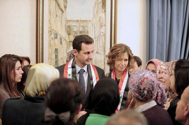 Bashar al-Assad e sua mulher, Asma, participam de evento para professores no dia 20 de março (Foto: Sana/Reuters)