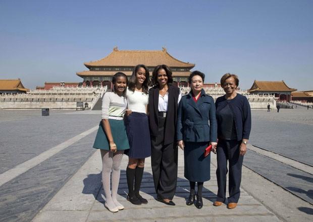 A primeira-dama dos Estados Unidos, Michelle Obama, posa com suas filhas Sasha e Malia, com sua mãe, Marian, e com a primeira-dama da China, Peng Liyuan, durante visita à Cidade Proibida de Pequim nesta sexta-feira (21) (Foto: Andy Wong/Reuters)