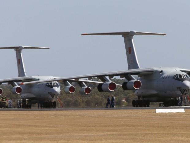 Avião da Força Aérea chinesa deve se juntar às buscas pelo voo que desapareceu. (Foto: Jason Reed/Reuters)