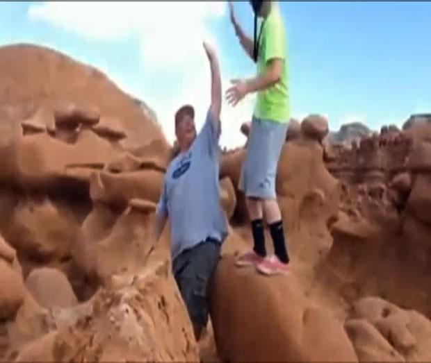 Escoteiro foi filmado derrubando rocha avermelhada de 170 milhões de anos (Foto: AP)