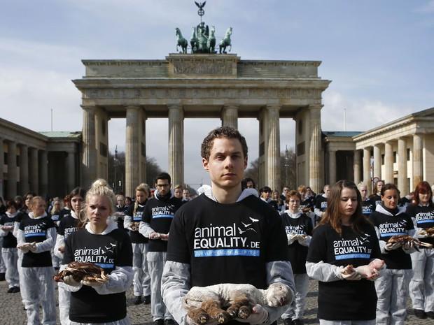 Ativistas levaram animais mortos para a frente do Portão de Brandemburgo, em Berlim (Foto: Fabrizio Bensch/Reuters)