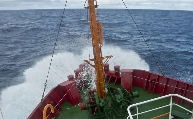 Navio brasileiro Ary Rongel atravessa a Passagem de Drake rumo à Antártica em 3 de março (Foto: AFP Photo/Vanderlei Almeida)