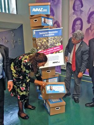 Integrantes da ONG Avaaz fizeram a entrega simbólica na Câmara de assinaturas de apoio ao Marco Civil da Internet (Foto: Nathalia Passarinho / G1)