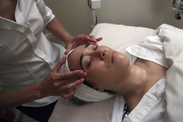 Máscara facial feita de excremento de rouxinol asiático misturado com farelo de arroz (Foto: Mary Altaffer/AP)