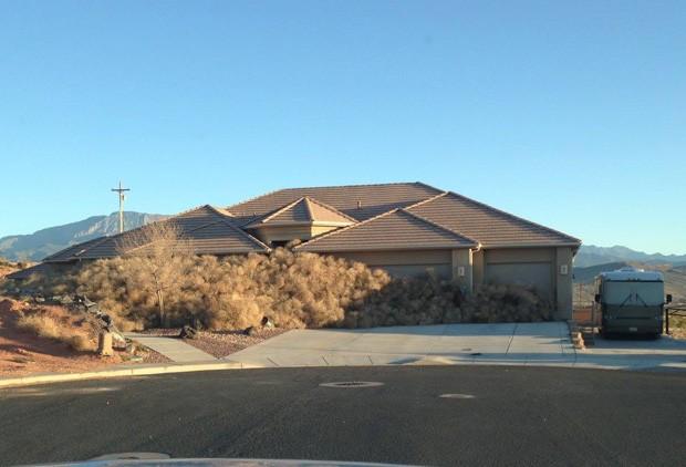 Usuário postou foto de casa 'soterrada' por bolas de feno em Utah, nos EUA (Foto: Reprodução/Imgur/funnybunnyhunny)