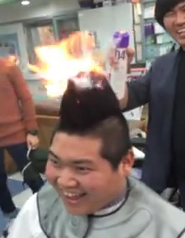 Jovem ficou com a cabeça em chamas pouco antes de raspar o cabelo em brincadeira com os amigos (Foto: Reprodução/YouTube/monke)