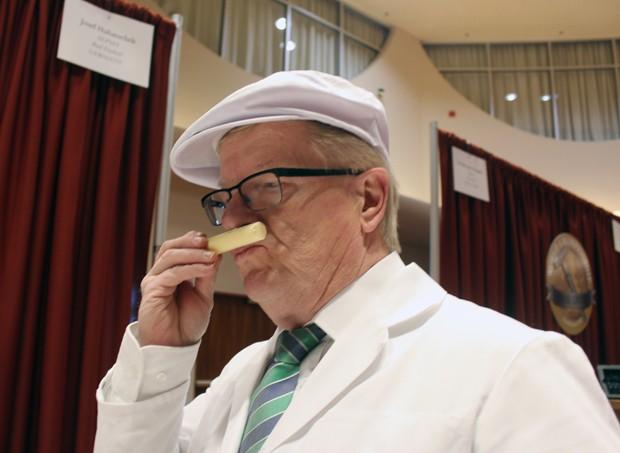 O alemão Josef Hubatschek, um dos juízes da competição, cheira amostra de queijo durante Campeonato Mundial nos EUA (Foto: Carrie Antlfinger/AP)