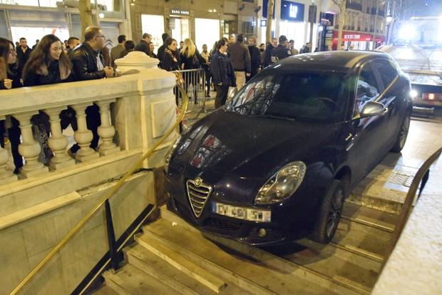Motorista perdeu controle do carro e 'estacionou' veículo na escadaria de estação de metrô em Paris, na França (Foto: Mana Laufa/AFP)