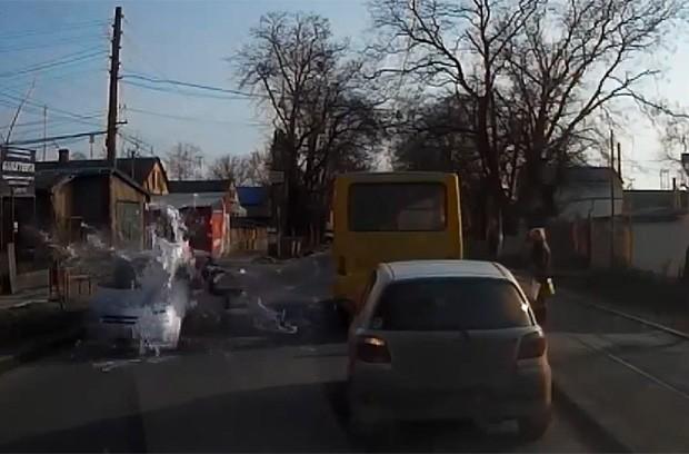 Jovem deu 'banho' de tinta em carro ao ser atingida pelo veículo enquanto atravessava a rua (Foto: Reprodução/YouTube/Ksuhatvin)