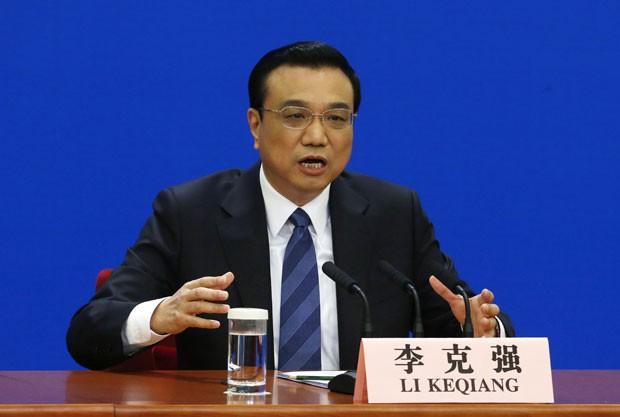 O primeiro-ministro chinês Li Keqiang, gesticula conforme fala durante uma coletiva de imprensa em Pequim nesta quinta-feir (Foto: Barry Huang/Reuters)
