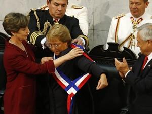 Presidente Michelle Bachelet recebe a faixa presidencial da presidente do Senado, Isabel Allende. (Foto: Victor R. Caivano/AP)