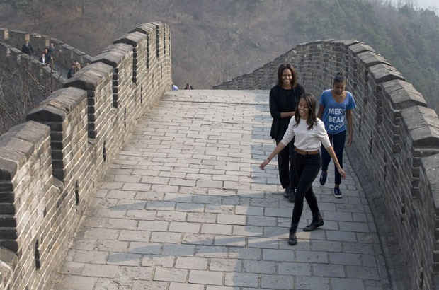 Michelle Obama visitou com as filhas a Grande Muralha da China (Foto: Andy Wong/AP)