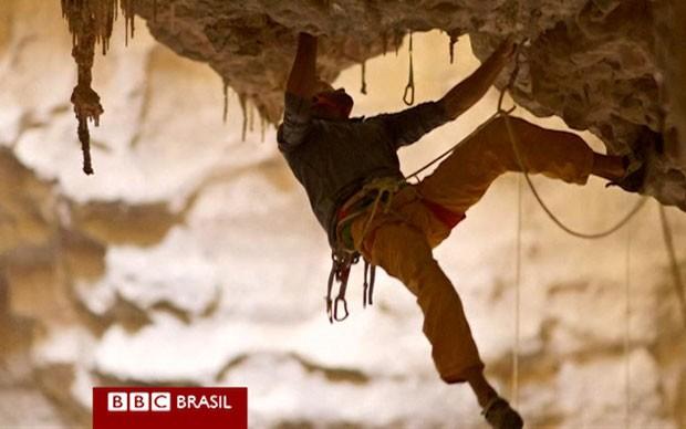 Majlis al Jinn, em Omã, o alemão Stefan Glowacz e o americano Chris Sharma, precisavam vencer 300 metros de pedra, com trechos muitas vezes verticais (Foto: Reprodução/BBC)