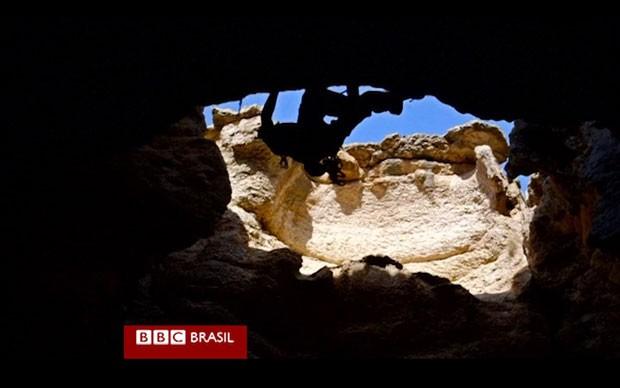 O projeto todo durou duas semanas e resultou em alguns ferimentos para os alpinistas (Foto: Reprodução/BBC)