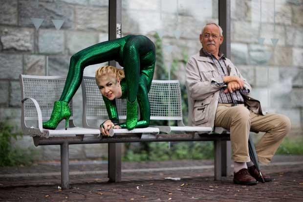 """Zlata faz pose """"inusitada"""" em um ponto de ônibus de Bergisch-Gladbach (Foto: Rolf Vennenbernd/ AFP)"""