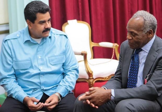 O presidente da Venezuela Nicolás Maduro conversa com o ator e ativista Danny Glover durante uma reunião no palácio presidencial Miraflores, em Caracas, nesta quinta-feira (6). (Foto: AFP/Divulgação Presidência/Marcelo Garcia)