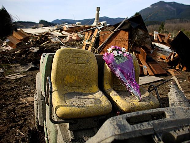 Flores em homenagem às vítimas são deixadas sobre o banco de um veículo abandonado. (Foto: Joshua Trujillo/Seattlepi.com/AP)