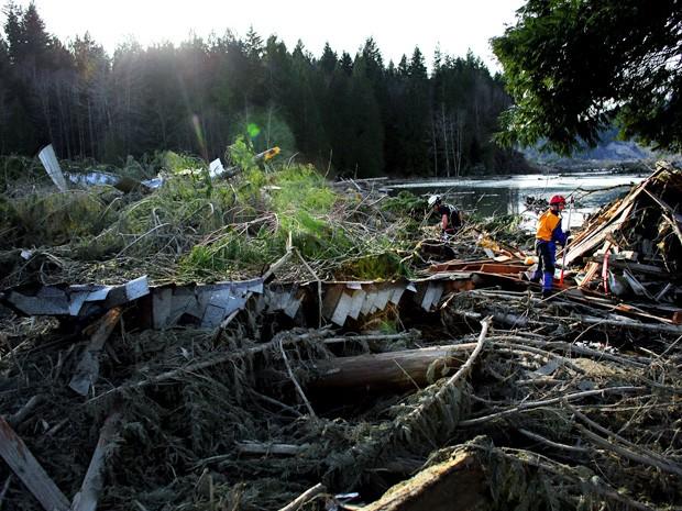 Equipes de resgate vasculham escombros em área atingida por um deslizamento de terra nos EUA. (Foto: Joshua Trujillo/Seattlepi.com/AP)