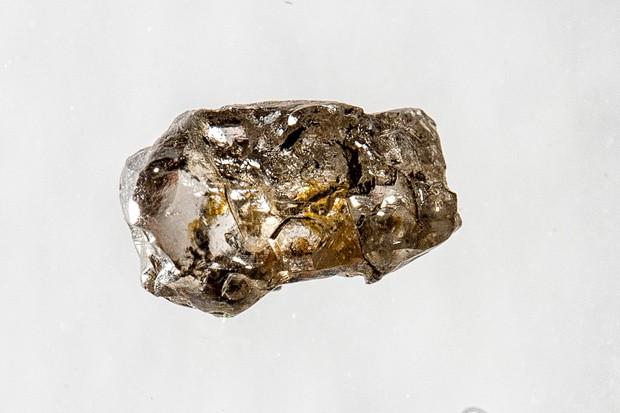 Amostra de diamante JUc29, procedente de Juína, no Mato Grosso, contém o mineral ringwoodite, que absorve água; formato de diamante foi esculpido por fluidos corrosivos do manto terrestre. (Foto: Richard Siemens, University of Alberta/Divulgação)