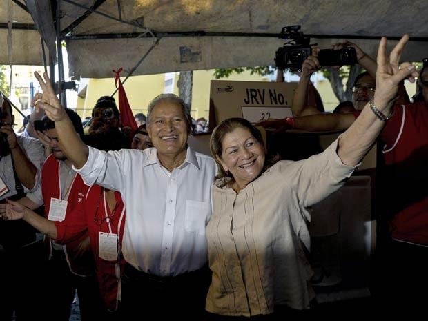 Candidato presidencial Salvador Sanchez Ceren e sua esposa Margarita Villalta durante a votação no domingo (2) (Foto: Jose Cabezas/ AFP)
