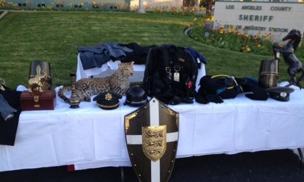 Foto de dezembro de 2013 tirada durante coletiva de imprensa mostra alguns dos itens roubados que foram recuperados após festa em mansão vazia na Califórnia (EUA). Entre os bens, havia um leopardo empalhado avaliado em mais de R$ 583 mil (Foto: Los Angeles County Sheriff's Department/AP)