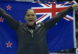 Atleta eleva bandeira atual da Zona Zelândia em competição (Foto: AFP)