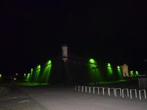 Fortaleza de São José de Macapá iluminada (Foto: Lorena Kubota/G1)
